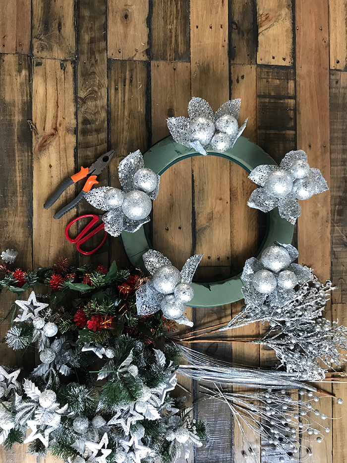 How to build a Christmas wreath