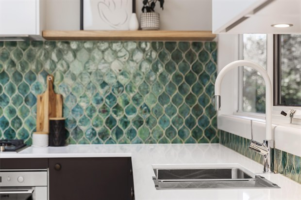 Green kitchen splashback