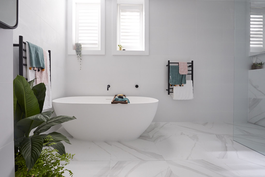 Free standing bath under window