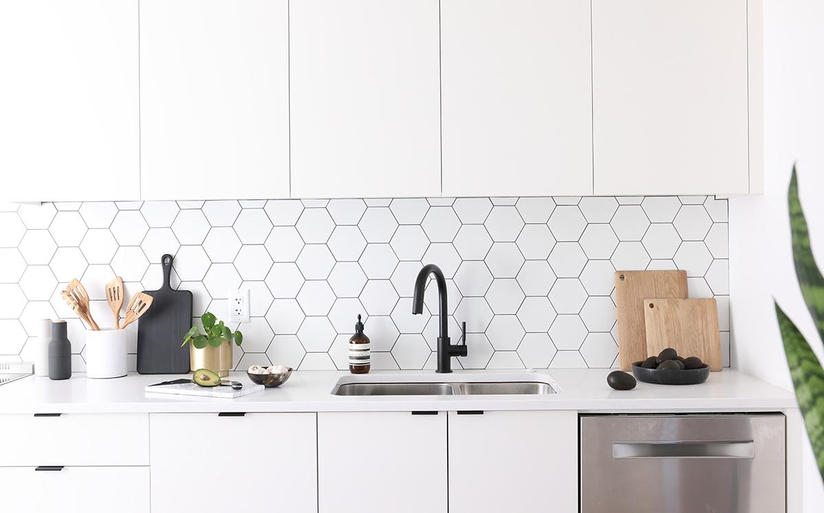 white kitchen splashback tiles