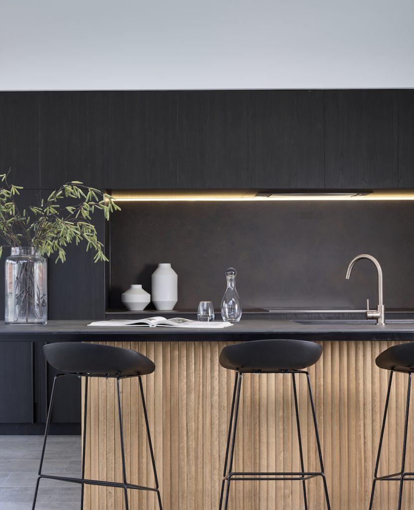 Contrasting kitchen by Graya