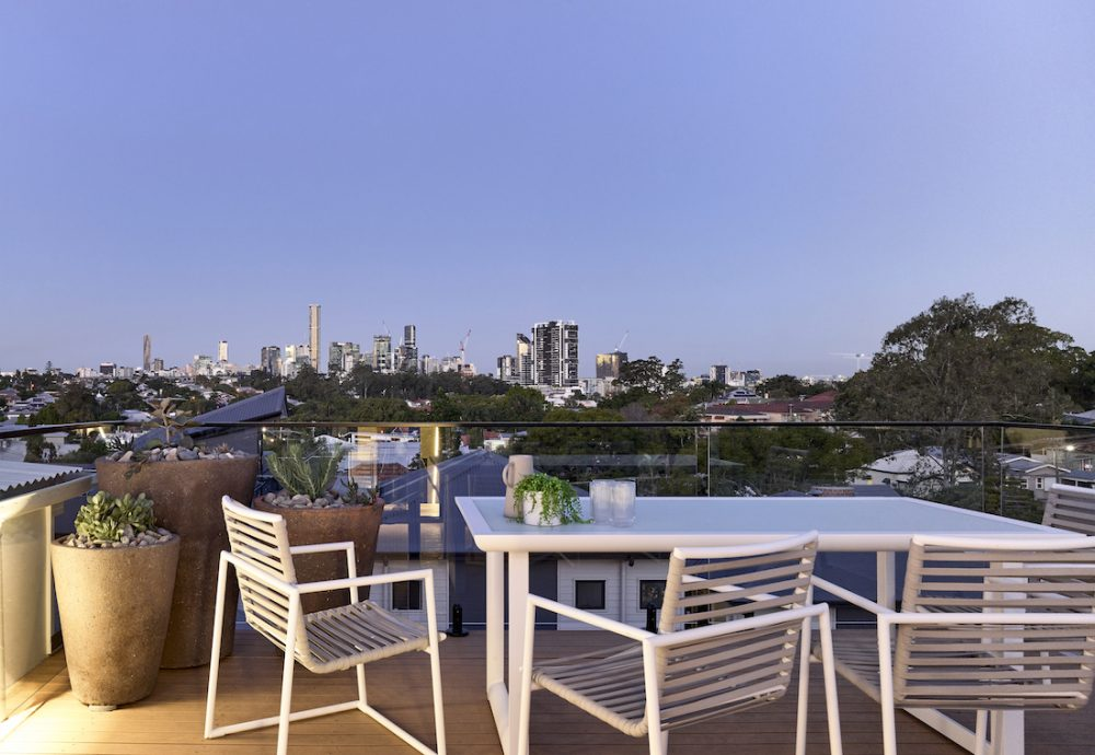 Viewing platform with view of Brisbane city