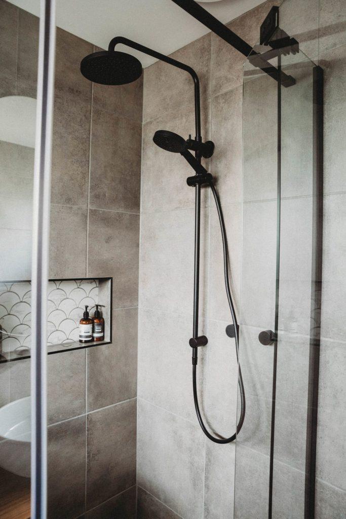 House of White_shower