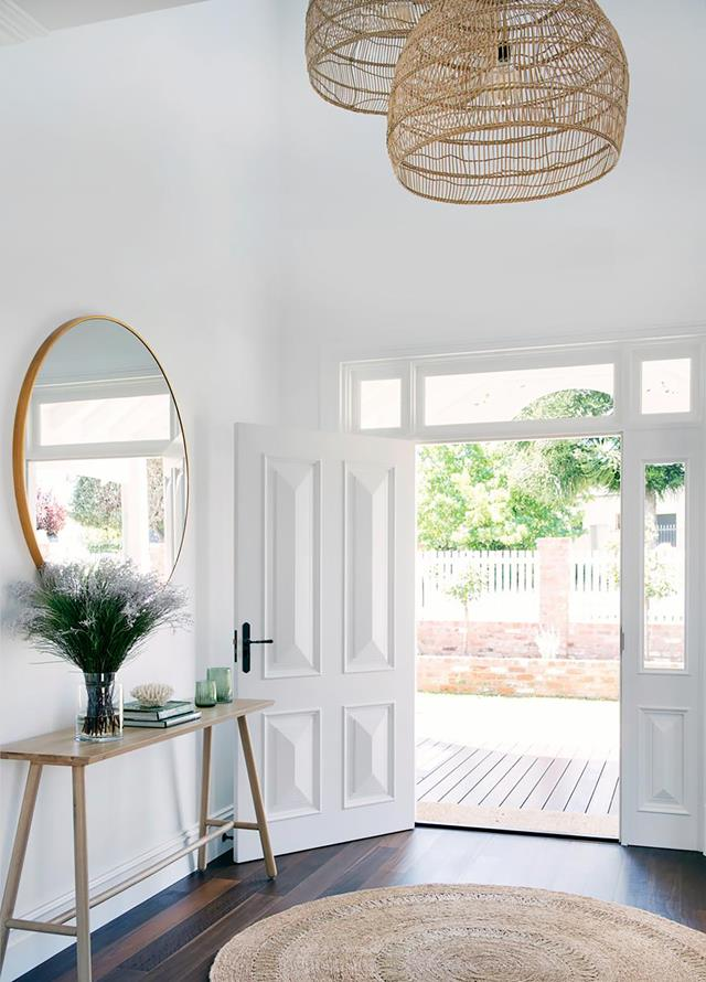 Coastal entrance with round rug and basket lights