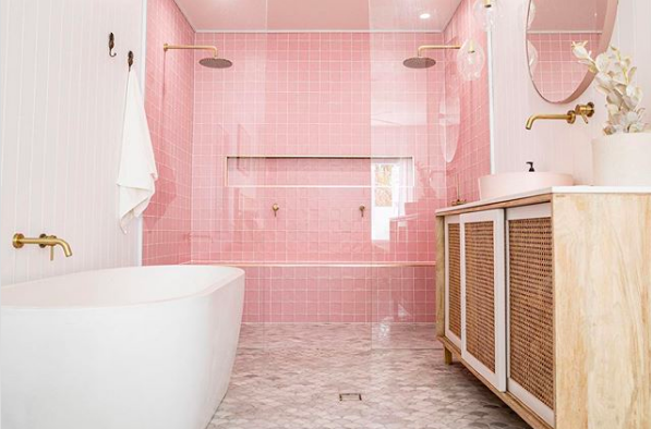 Bilinga Beach Abode_pink bathroom with bath