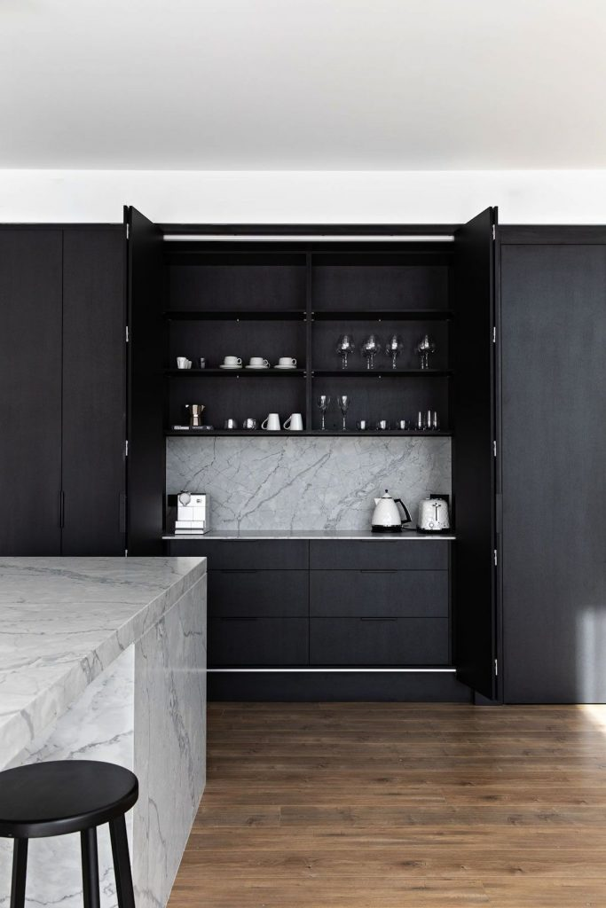 How to keep kitchen tidy in black kitchen