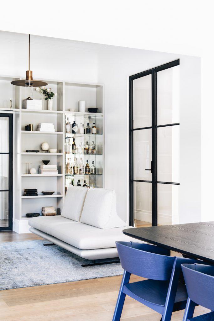 Alkol için cam vitrinli modern oturma odası