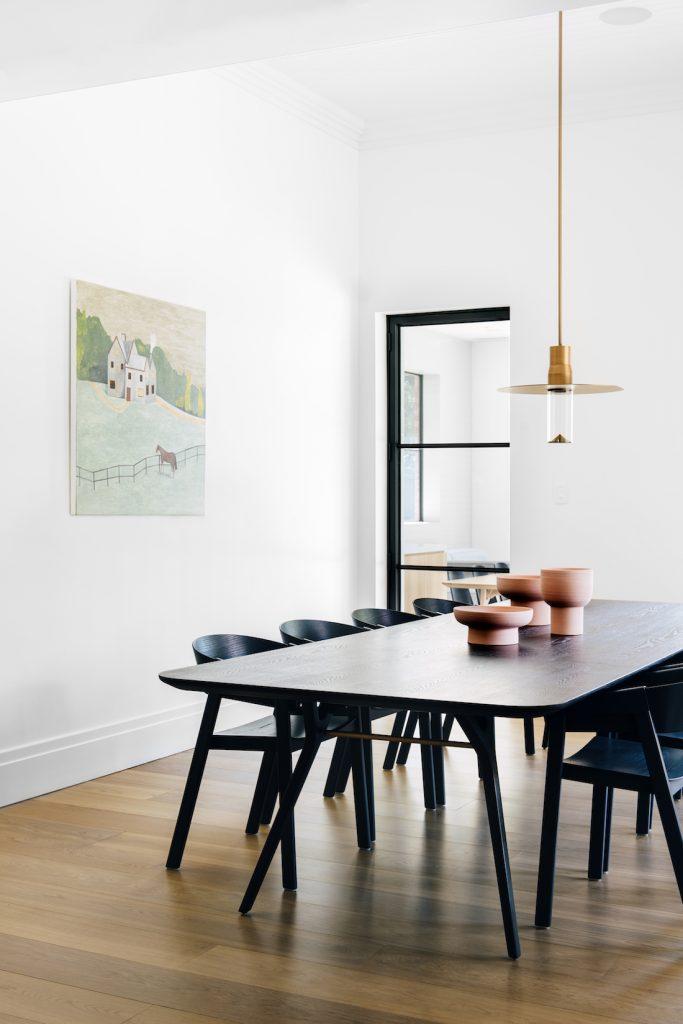 Sarkıt lambalı resmi yemek odası