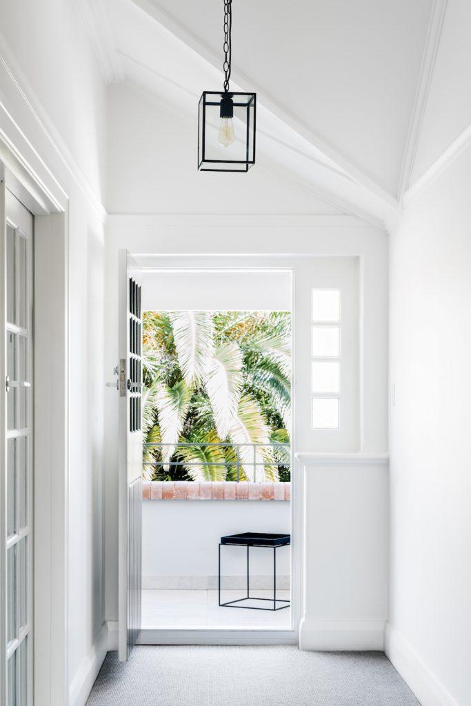 Siyah kolye ışıklı eve beyaz ve parlak giriş