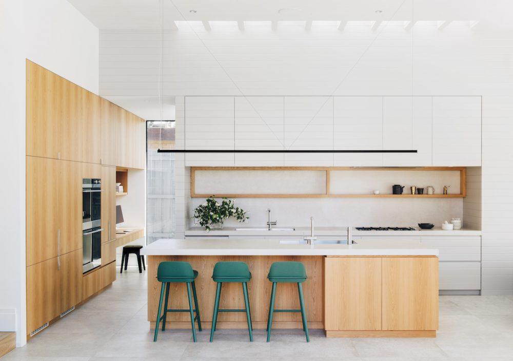 Yeşil tabureli ve tavan pencereli ahşap panelli mutfak tezgahı