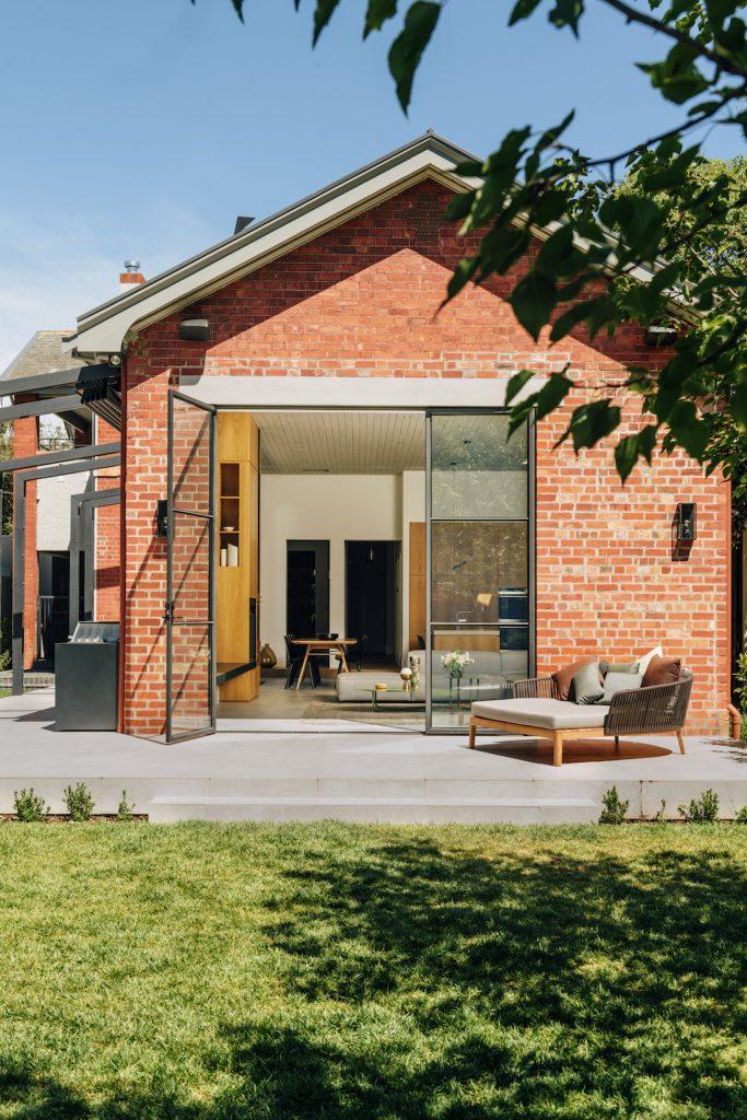 Büyük cam kapılı kırmızı tuğlalı ev