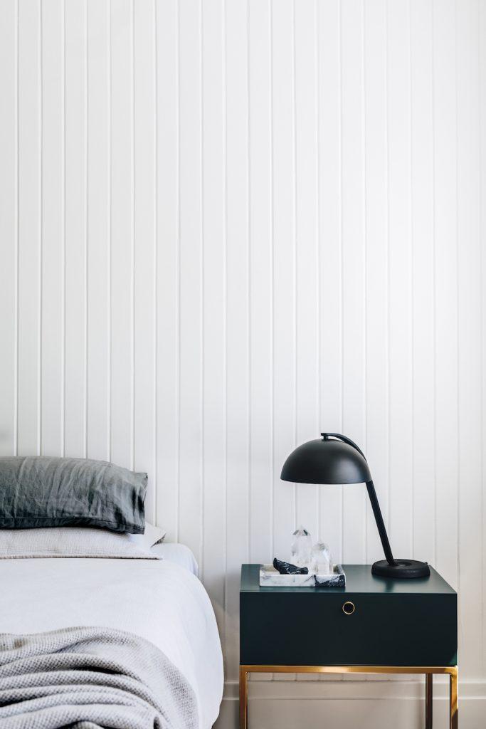 Yatak odasında ahşap panelli duvarlar