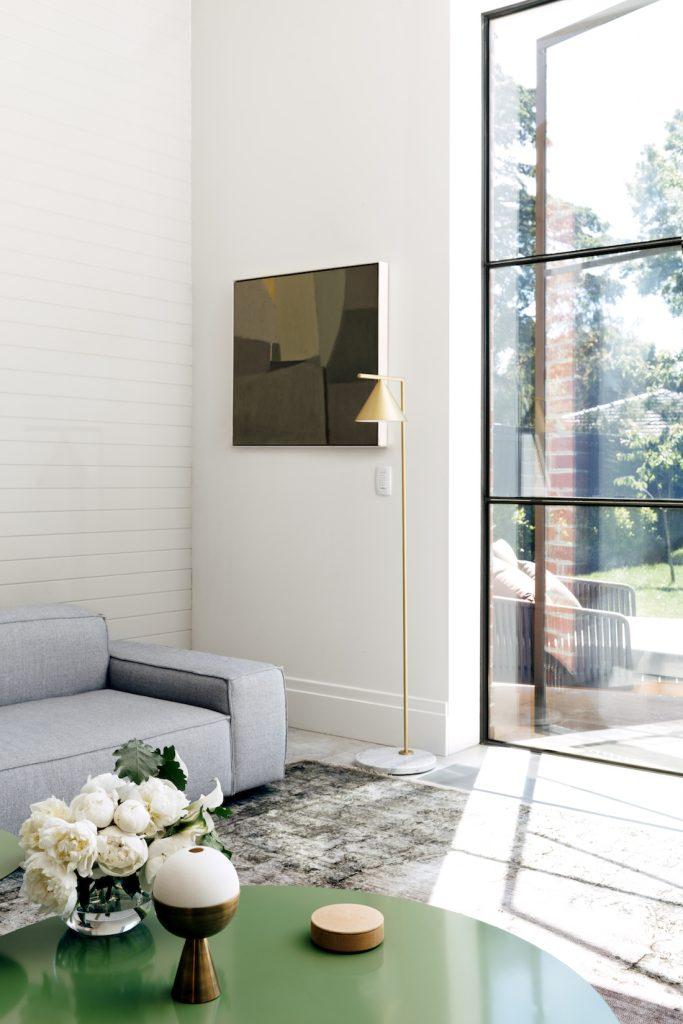 Siyah çerçeveli pencereli oturma odası