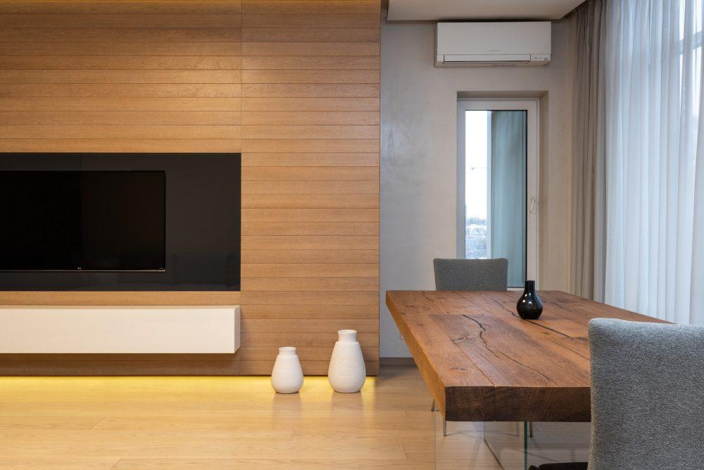 TV'li oturma odası, yemek masası ve ters çevrimli klima
