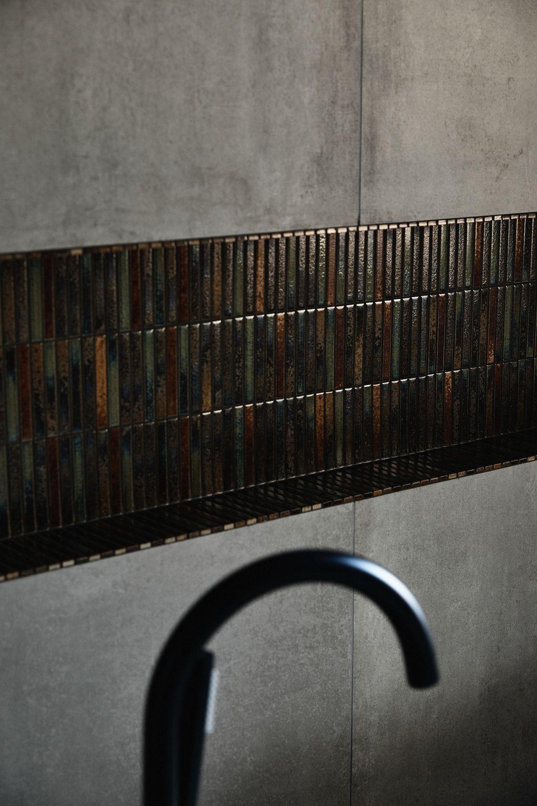 Dark tiled bathroom niche