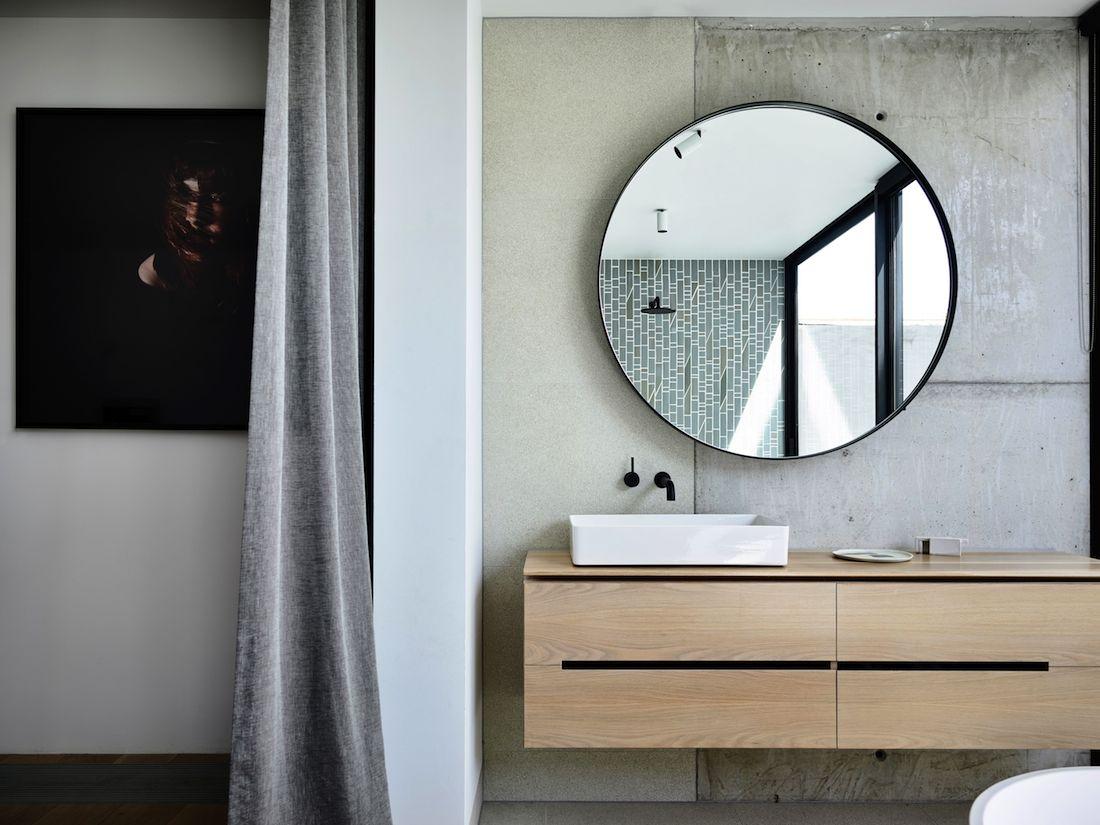 Round mirror in ensuite bathroom