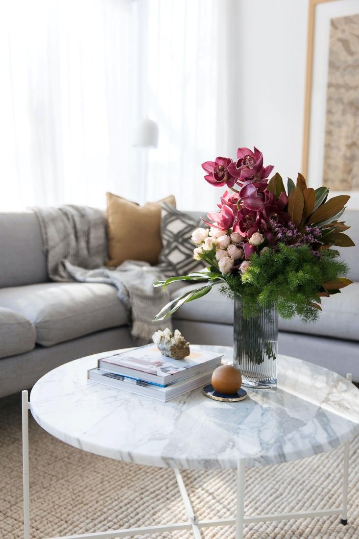 Alturas-vase-on-coffee-table-readjust-resize
