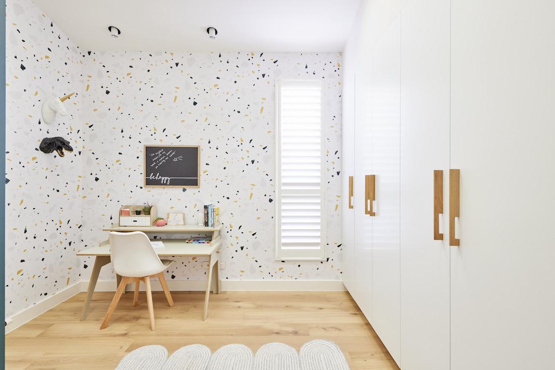 Flecked wallpaper in kids bedroom