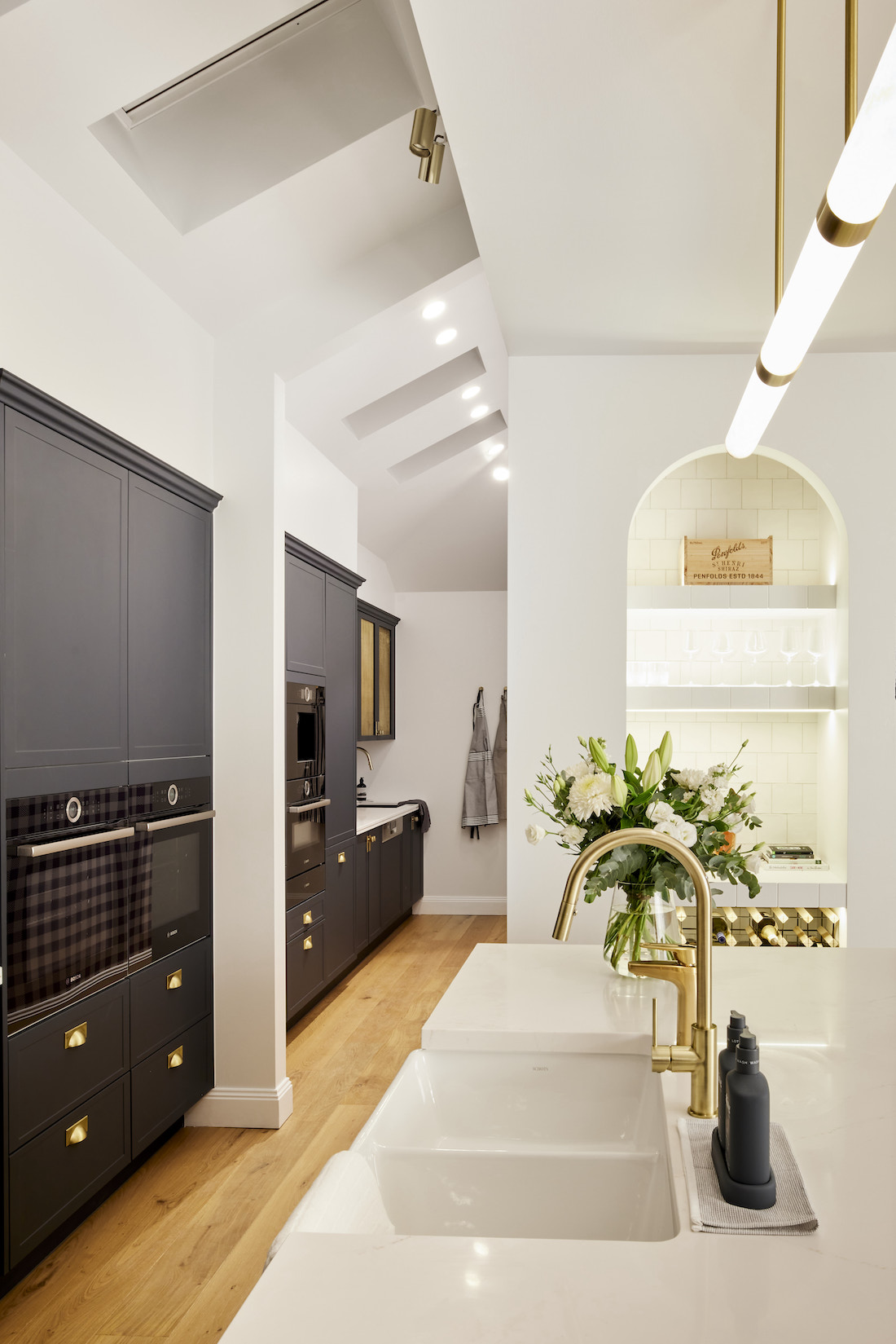 Arched bar area in kitchen